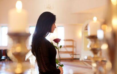 Jak odpowiednio zorganizować pogrzeb osoby bliskiej?
